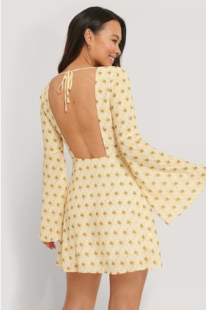 The Fashion Fraction x NA-KD Kvinder Kjoler - Open Back Trumpet Sleeve Dress