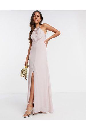 TFNC Bridesmaid - lyserød slå-om-maxikjole med blonde