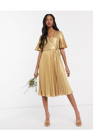 TFNC — Guldfarvet slå-om-kjole med plissering