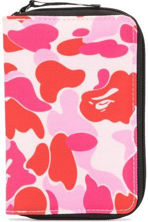 A BATHING APE® Kamouflagemønstret rejsetaske med lynlås