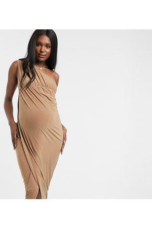 Club L Kvinder Maxikjoler - Club L London Maternity - Stram maxikjole med en skulder med slids på låret i kamelfarve-Tan