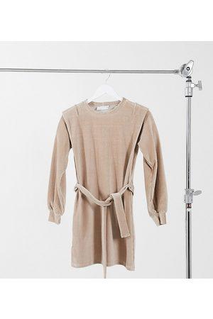 ASOS Petite - Minikjole med skulderdetaljer og bælte i kamelbrun