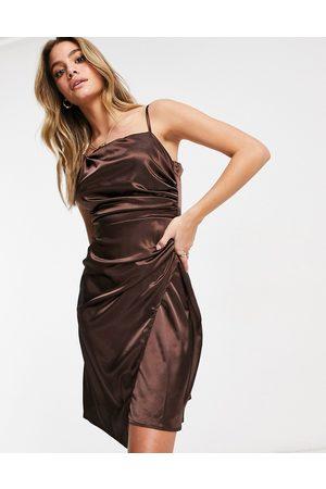 Jaded Rose Chokoladebrun midaxi-kjole i satin med slå-om-detalje og asymmetrisk kant