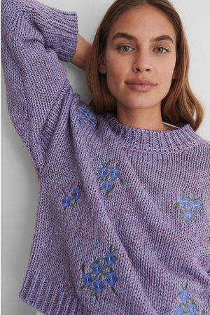 NA-KD Kvinder Strik - Flower Embroidery Round Neck Knitted Sweater