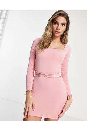 Mars the Label Gå-i-byen bodycon-kjole med lange ærmer og multifunktionel bæltedetalje-Lyserød