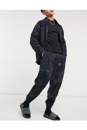 ASOS DESIGN Oversized joggingbukser i polar-fleece med gennemgående -hvidt paisley-print - Del af sæt