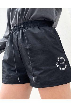 Weekend Collective ASOS DESIGN - - Sorte shorts med logo i nylon