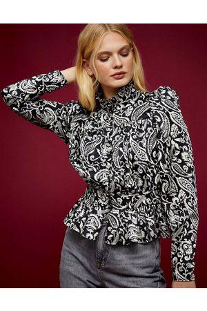 Topshop Kvinder Højhalset - Højhalset pintuck-bluse med sort/hvidt paisley-print