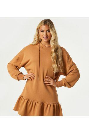 Outrageous Fortune Eksklusive produkter - Mini-sweatshirtkjole med flæsekant og hætte i kamelfarve-Tan