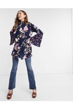 Free People Tate - Blå tunika med ærmer med svaj og multifarvet blomstermønster