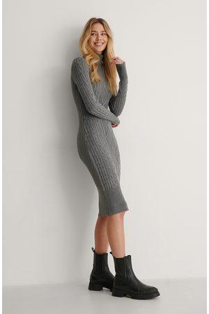 Lisa-Marie Schiffner x NA-KD Kvinder Strikkede kjoler - Kabelstrikket Kjole