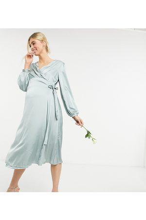 TFNC Maternity Brudepige - Langærmet midikjole med slå-om-detalje i salviegrøn satin-Lyserød