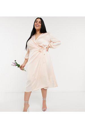 TFNC Plus Langærmet brudepige-midikjole med slå-om-front i lys blush-Creme