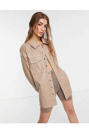 In The Style X Olivia Bowen - Oversized skjortejakke i beige PU-læder