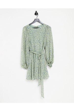 Forever New Minikjole med åben ryg, voluminøse ærmer og bindebånd i taljen i grønt, småblomstret print-Multifarvet