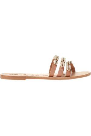 MANEBI Kvinder Klipklapper - Slides with shell applique