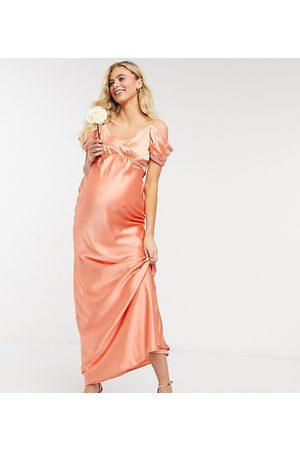 HOPE & IVY Brudepiger - Slip-kjole i midaxi-længde med coldshoulder-detalje i ferskenfarvet satin-Lyserød