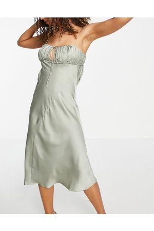 ASOS Slip-midikjole med rynkedetalje ved brystet og asymmetrisk snit i olivengrøn satin
