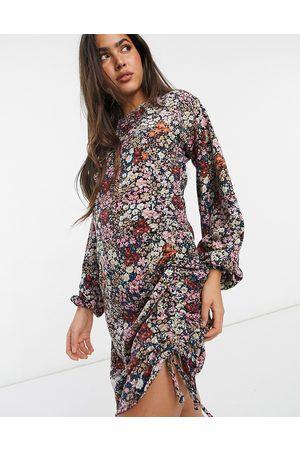 VERO MODA Bodycon minikjole med rynkede detaljer i blandet blomstermønster-Lyserød
