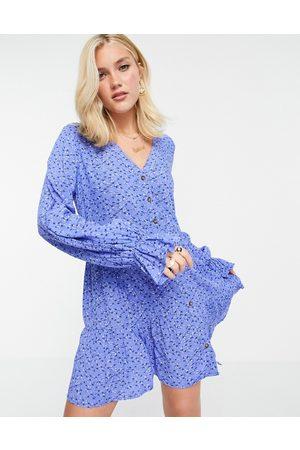 In The Style X Billie Faiers - Mini-smockkjole med knapper i blåt blomstermønster
