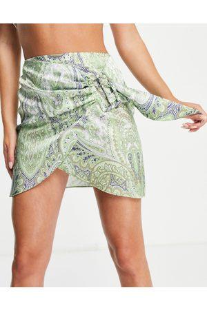 ASOS Kvinder Mønstrede nederdele - Draperet mininederdel med spænde og paisley-print i satin