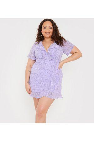 In The Style Plus Kvinder Festkjoler - X Olivia Bowen - Lyslilla minikjole med slå-om-front og flæsedetaljer i blomstermønster