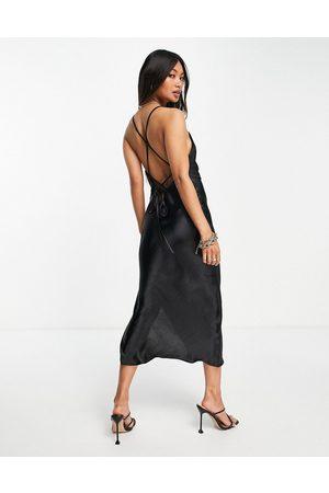 ASOS DESIGN Slip-midikjole med snøredetalje på ryggen i skinnende satin