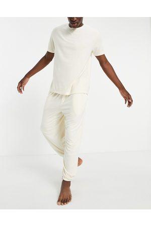 ASOS DESIGN Mænd Joggingbukser - Fluffy pyjamassæt med oversized joggingbukser og T-shirt-Neutral