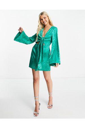 In The Style Kvinder Festkjoler - X Billie Faiers - minikjole med dyb udskæring og bindebånd foran i jacquard-stof