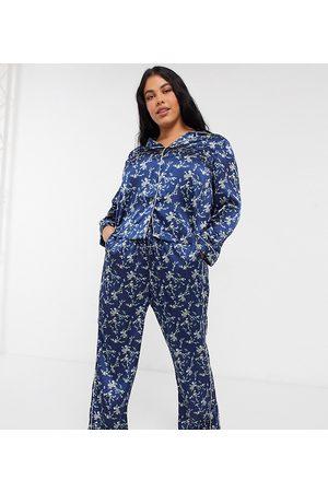 Vero Moda Curve Pyjamassæt i marineblåt satin med blomsterprint