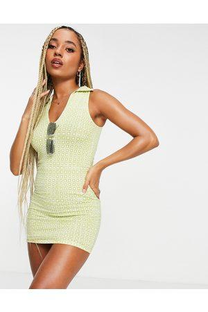 Motel Bodycon-kjole med V-hals og krave i geometrisk retroprint-Multifarvet