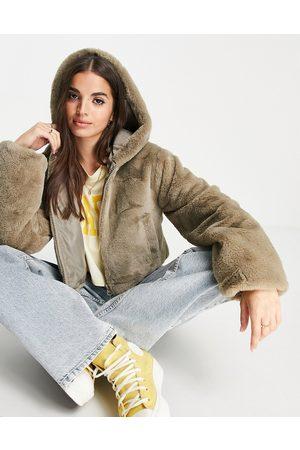 ASOS DESIGN Cropped jakke med hætte i imiteret pels i lys kakigrøn-Grå