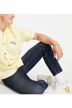 Reclaimed Inspired - Smalle, tapered jeans i mørkeblå vask